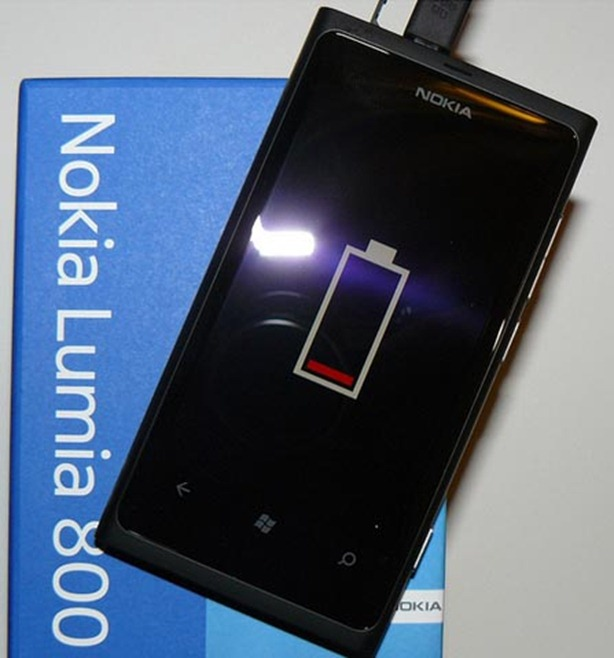 Nokia-Lumia-800-Battery-Charging