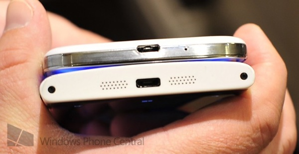 Lumia920 vs galaxys4 bottom