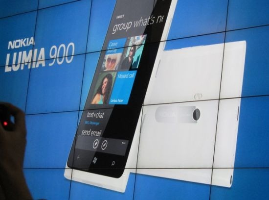 nokia_lumia_900_white_wall