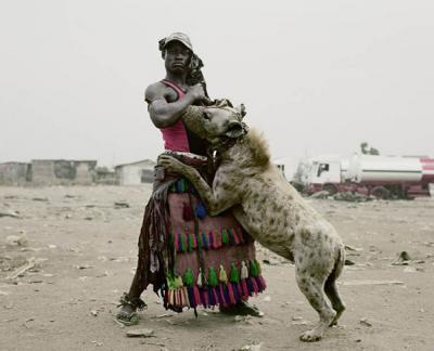 13 fotografie di nigeriani con iene al guinzaglio