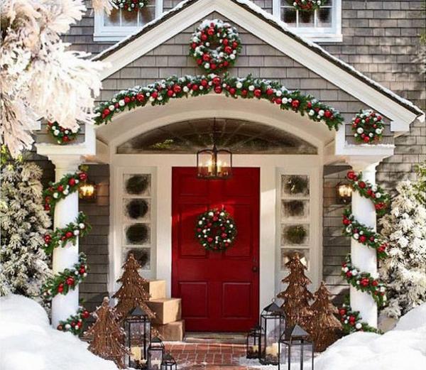 25 idee per decorare la porta per Natale