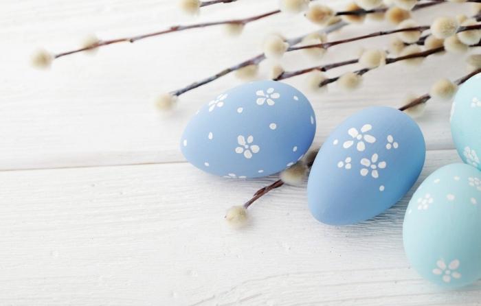 4 Sfondi dedicati alle uova di Pasqua su tavole di legno
