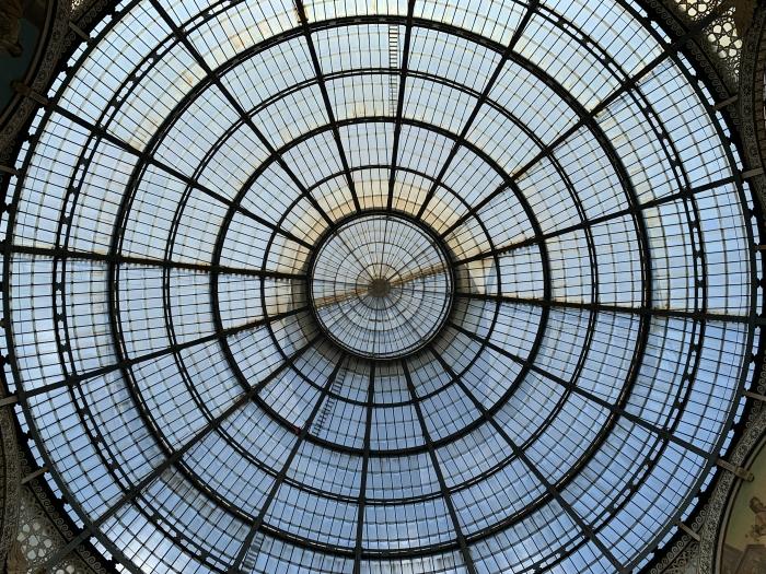 Al centro della galleria in Milano
