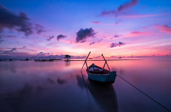 Barca Blu E Bianca Sul Corpo d'Acqua