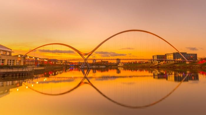 Infinity Bridge al tramonto