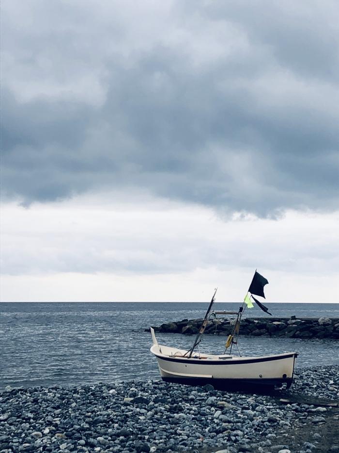 La barca nella spiaggia blu