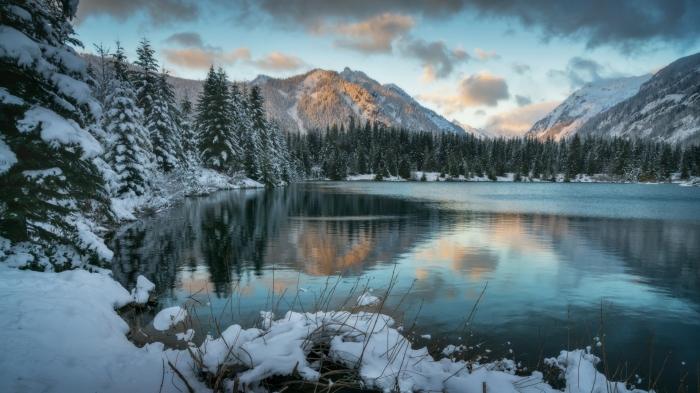 Lago in Montagna tra le nevi