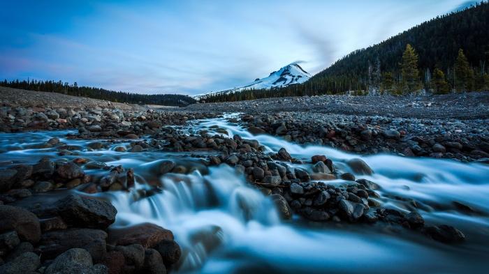 Montagna con fiume in 4k