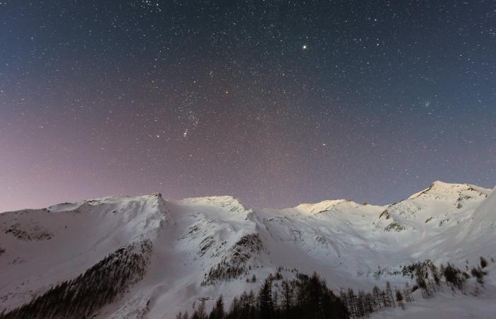 Montagne innevate sotto le stelle