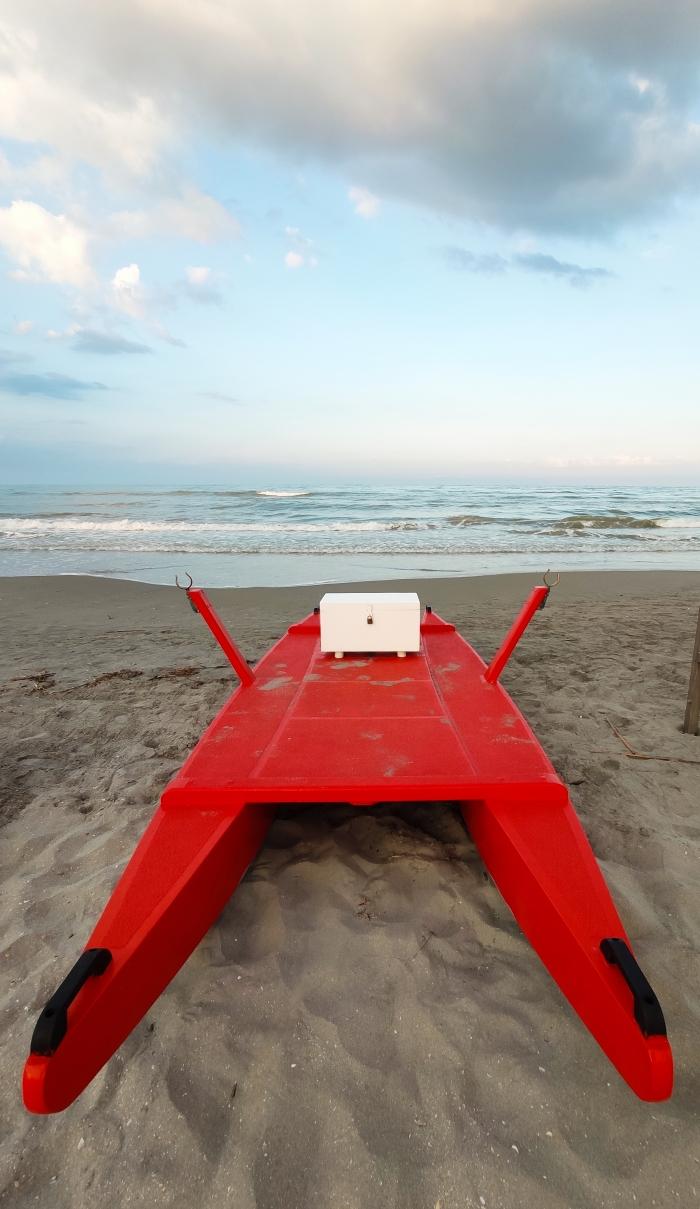 Moscone rosso sulla spiaggia