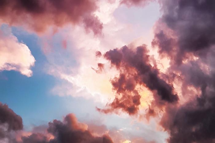 Nuvole rosse e cielo blu