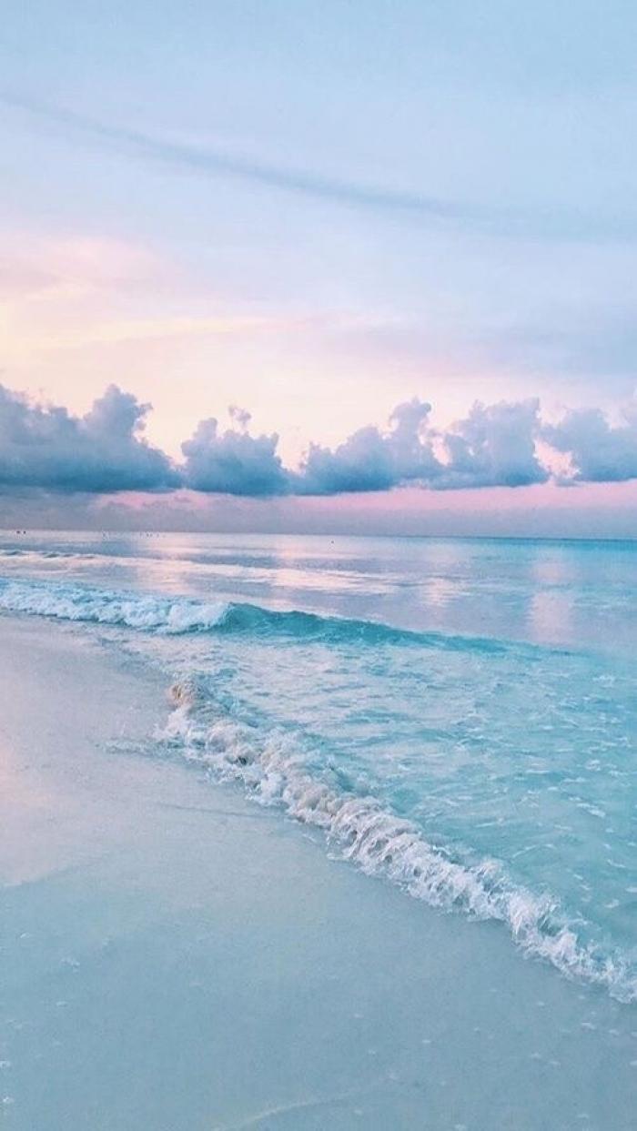 Spiaggia al tramonto al mare
