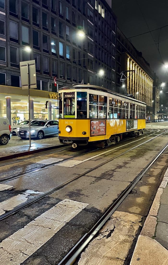 Tram Giallo a Milano di Notte